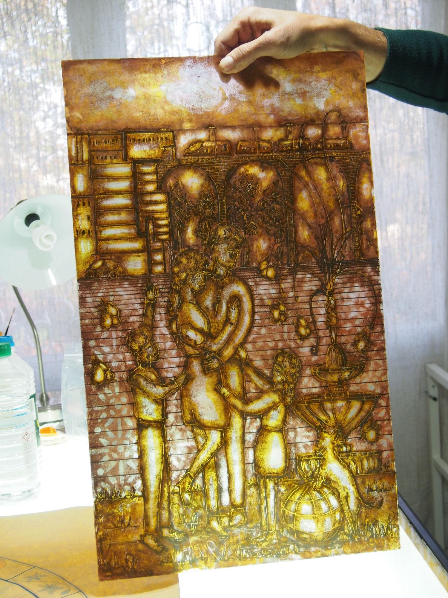 Peinture à la grisaille et jaune à l'argent sur verre relief et iridescent.
